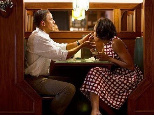 Khoảnh khắc hạnh phúc của vợ chồng Tổng thống Obama