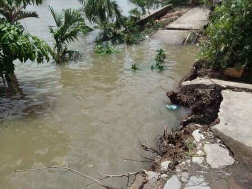 Đường bê tông rơi tùm xuống sông, dân sợ xanh mắt - ảnh 1