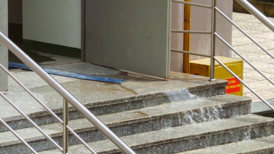 Gần trưa 26/5, hơn 1 ngày sau mưa lớn, nước từ nhà HH2D vẫn chưa được bơm ra hết.
