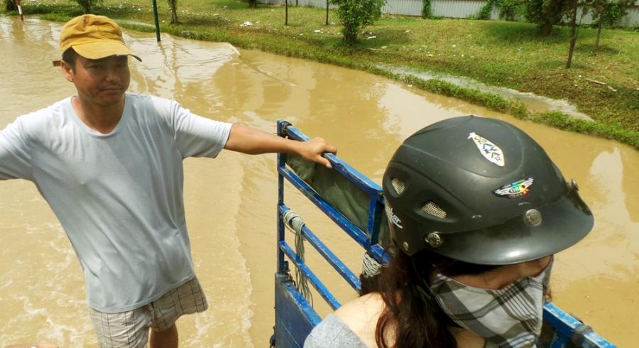 Để vượt qua đoạn sông chỉ 50-70m, người dân phải bỏ ra 30 nghìn đồng cho 1 người, 1 xe.