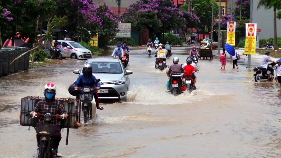 Cách khu HH2 không xa, đoạn đường trước cổng khu đô thị Đô Nghĩa vẫn ngập nước.