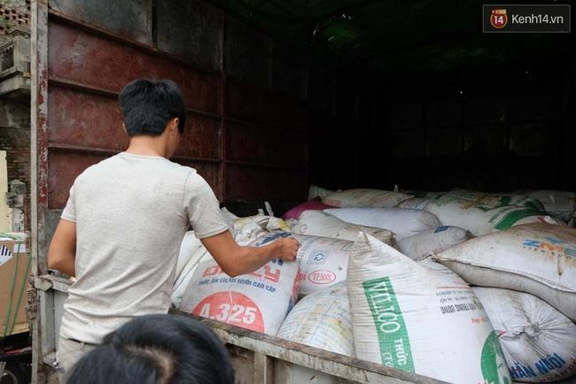 Hà Nội: Bắt xe chở hơn 5 tấn mỡ bẩn trên đường đi tiêu thụ - Ảnh 1.