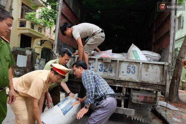 Hà Nội: Bắt xe chở hơn 5 tấn mỡ bẩn trên đường đi tiêu thụ - Ảnh 3.