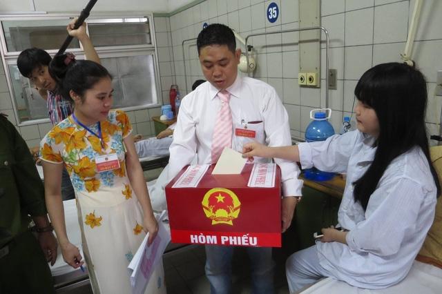 Cử tri bầu cử đại biểu Quốc hội và HĐND các cấp tại bệnh viện (Ảnh Mạnh Thắng)