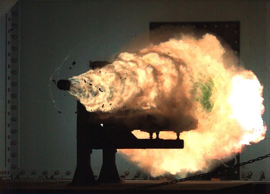 Pháo ray điện từ khai hỏa trong một thử nghiệm. Ảnh: BAE Systems