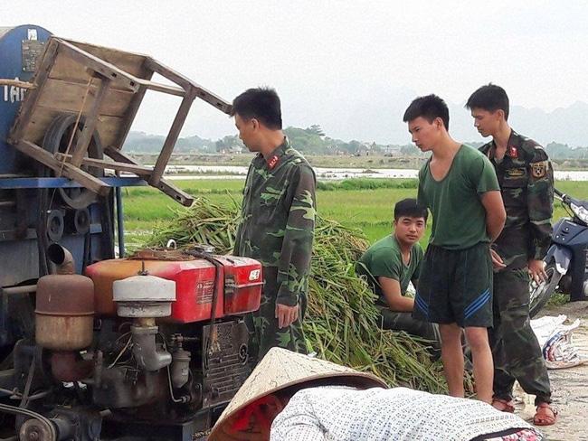 Hình ảnh đẹp: Khi những người chiến sĩ lội bùn, xuống đồng gặt lúa giúp dân - Ảnh 3.