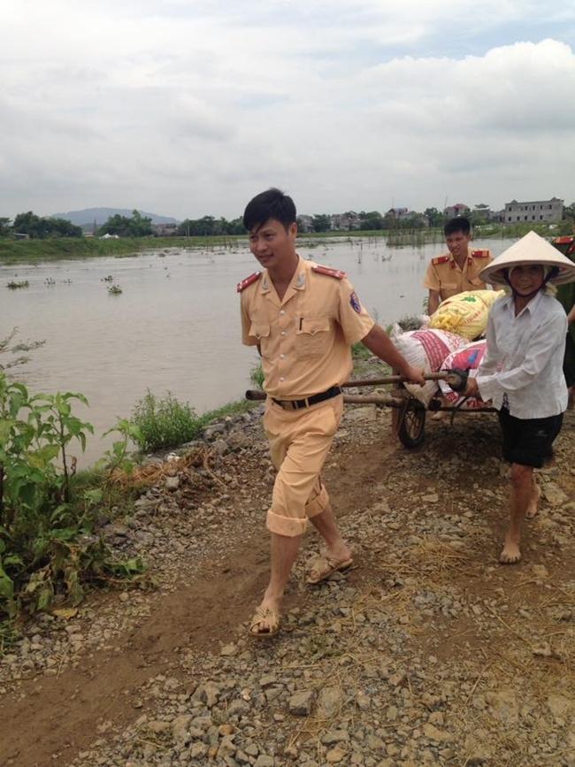 Hình ảnh đẹp: Khi những người chiến sĩ lội bùn, xuống đồng gặt lúa giúp dân - Ảnh 5.