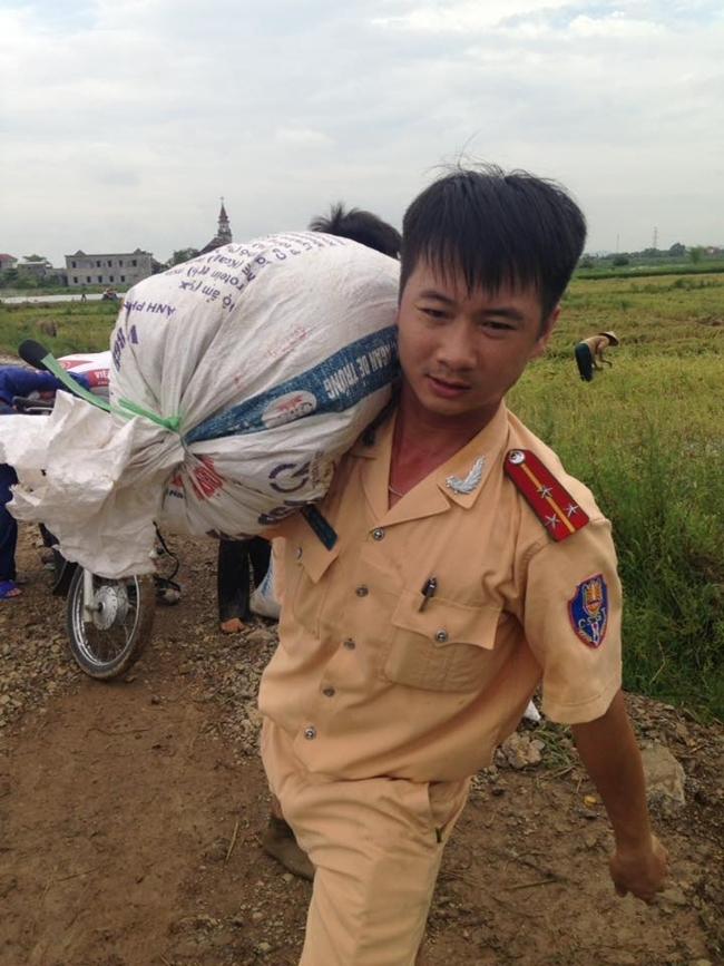 Hình ảnh đẹp: Khi những người chiến sĩ lội bùn, xuống đồng gặt lúa giúp dân - Ảnh 10.