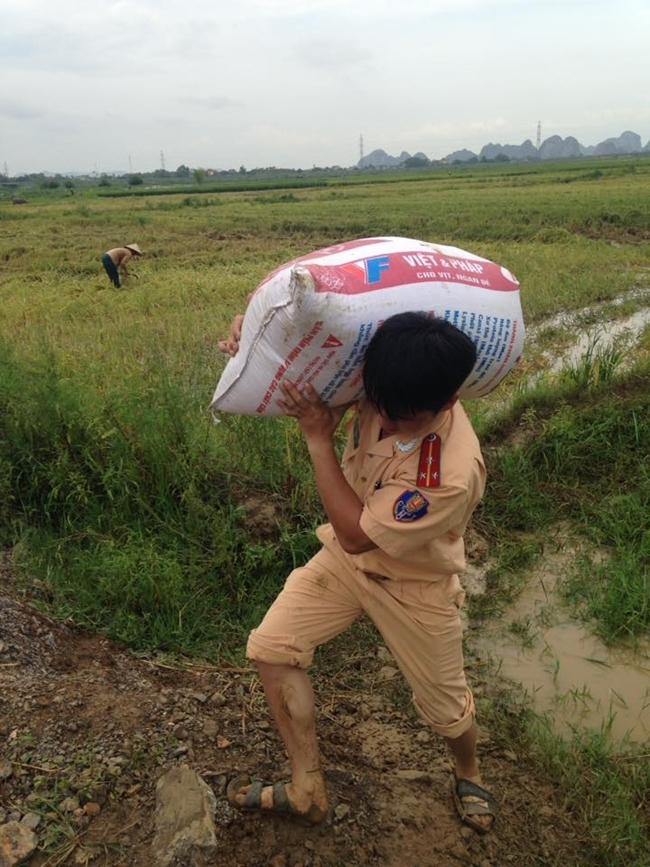Hình ảnh đẹp: Khi những người chiến sĩ lội bùn, xuống đồng gặt lúa giúp dân - Ảnh 11.