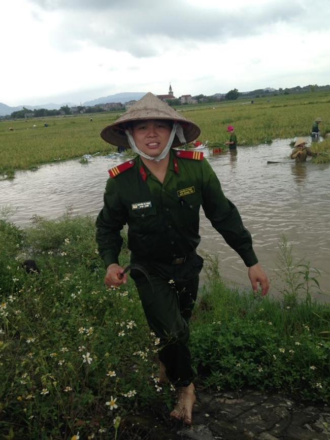 Hình ảnh đẹp: Khi những người chiến sĩ lội bùn, xuống đồng gặt lúa giúp dân - Ảnh 12.