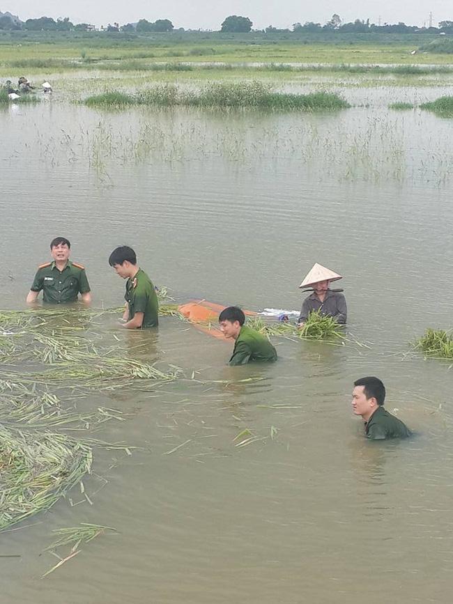 Hình ảnh đẹp: Khi những người chiến sĩ lội bùn, xuống đồng gặt lúa giúp dân - Ảnh 13.