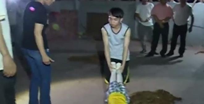 Khởi tố đối tượng câm điếc giết dã man bé gái 11 tuổi