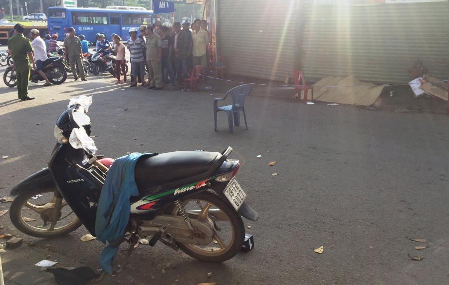 Chiếc xe máy cùng một số vật chứng liên quan đến vụ án công an thu giữ tại hiện trường.