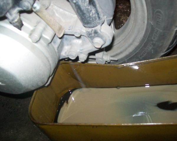 Xe máy bị ngập nước có nên thay dầu không? - Ảnh 2
