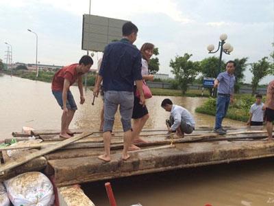 Clip: Bắc cầu tạm giải cứu dân chung cư bị nước cô lập 2 ngày