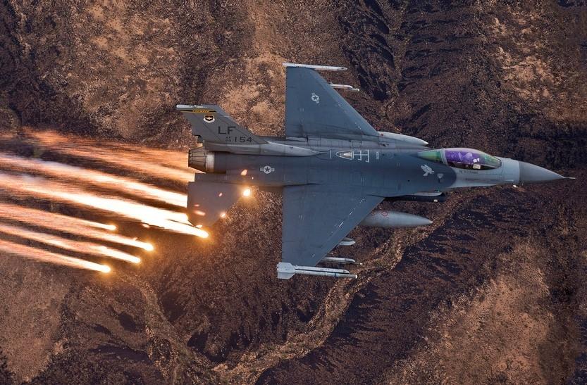 Tiêm kích F-16 thả pháo sáng trong một cuộc tập trận. Ảnh: USAF