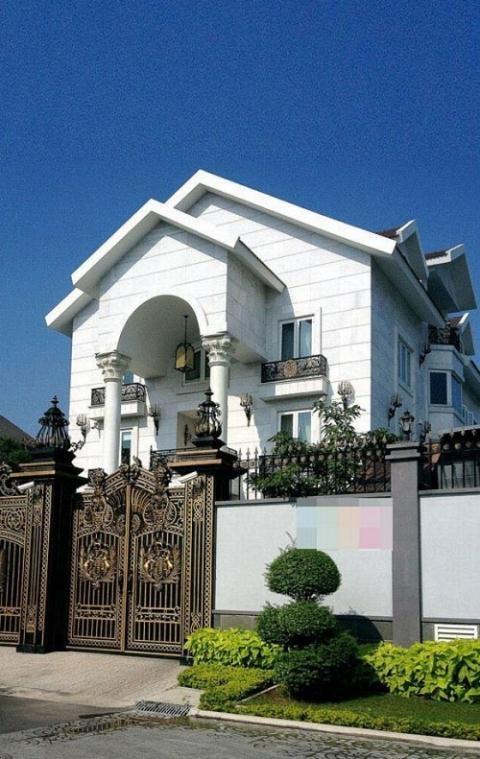 Clip: Cận cảnh phòng karaoke dát vàng sang chảnh trong biệt thự của mẹ chồng Hà Tăng - Ảnh 3.