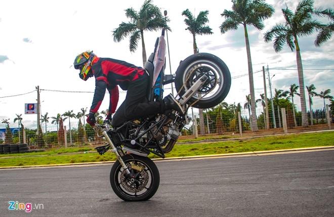 Chuyen gia My huong dan ky thuat stunt cho biker Viet hinh anh 2