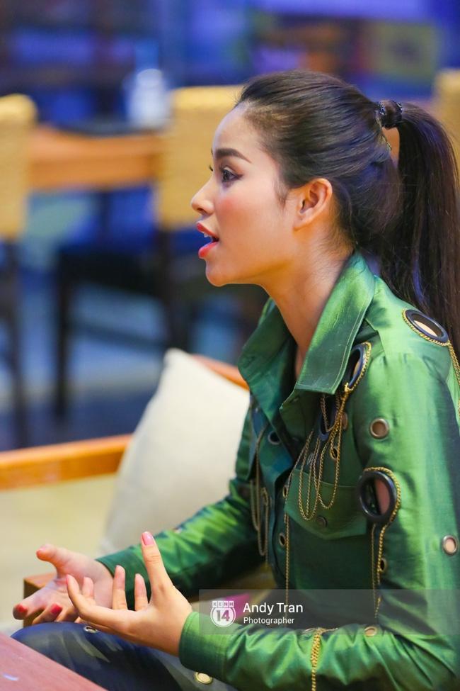 Clip: Phạm Hương nhảy sexy, nhắn nhủ Quỳnh Mai trước khi vào The Face - Ảnh 3.