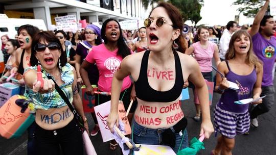 Biểu tình chống nạn cưỡng hiếp ở Brazil. Ảnh: COSMOPOLITAN