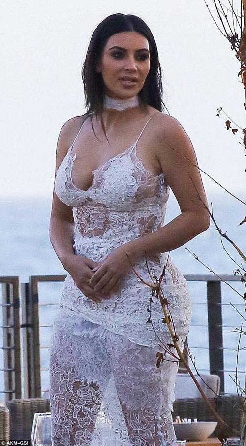 """Kim Kardashian lại gây """"sốt"""" với váy mỏng manh - 1"""