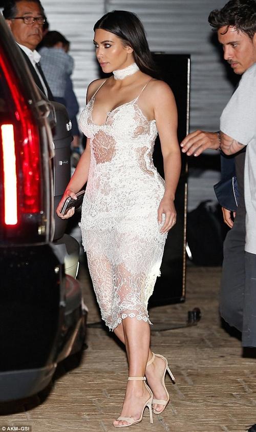 """Kim Kardashian lại gây """"sốt"""" với váy mỏng manh - 3"""