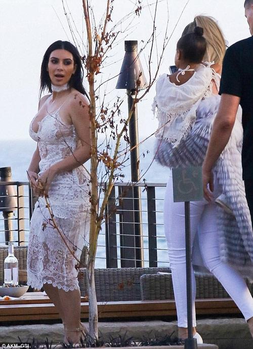 """Kim Kardashian lại gây """"sốt"""" với váy mỏng manh - 4"""