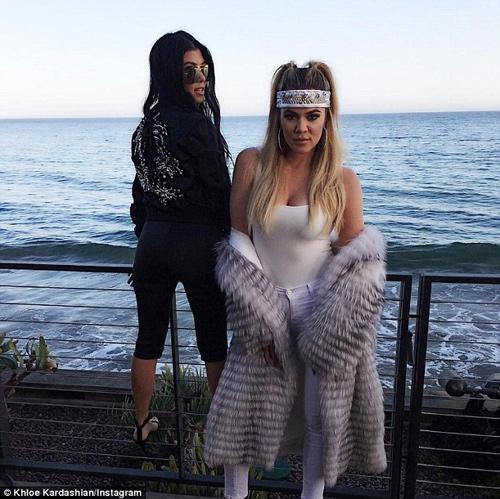 """Kim Kardashian lại gây """"sốt"""" với váy mỏng manh - 7"""