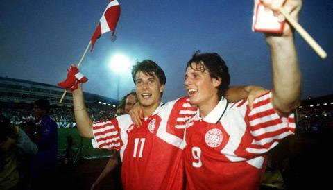 Laudrup (trái) và khoảnh khắc vô địch thần kỳ cùng Đan Mạch