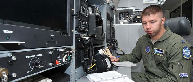 Một phi công huấn luyện về cách vận hành SACS, kiểm soát kho vũ khí hạt nhân của Mỹ
