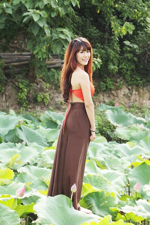 Thiếu nữ Hà Nội khoe nét gợi cảm bên sen đầu hạ - 2