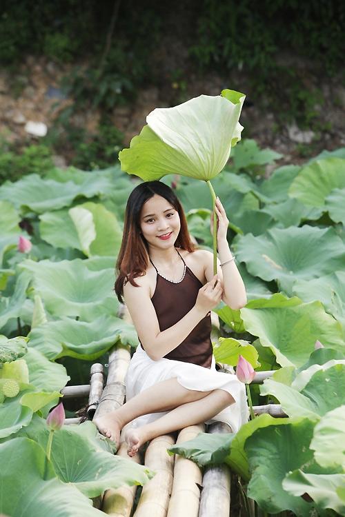 Thiếu nữ Hà Nội khoe nét gợi cảm bên sen đầu hạ - 4