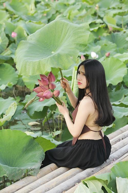 Thiếu nữ Hà Nội khoe nét gợi cảm bên sen đầu hạ - 5
