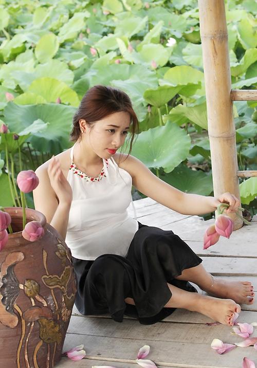 Thiếu nữ Hà Nội khoe nét gợi cảm bên sen đầu hạ - 6