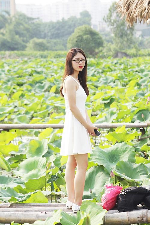 Thiếu nữ Hà Nội khoe nét gợi cảm bên sen đầu hạ - 8
