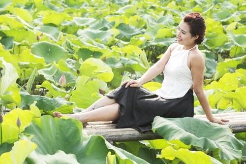 Thiếu nữ Hà Nội khoe nét gợi cảm bên sen đầu hạ - 9