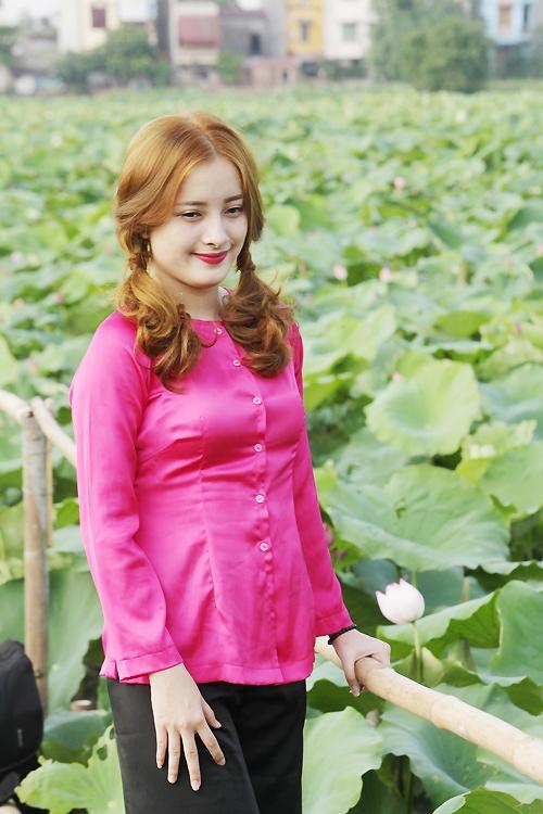 Thiếu nữ Hà Nội khoe nét gợi cảm bên sen đầu hạ - 10