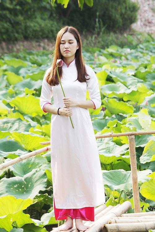 Thiếu nữ Hà Nội khoe nét gợi cảm bên sen đầu hạ - 11