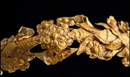 Bất ngờ phát hiện vòng vàng 3 tỉ đồng dưới gầm giường - Ảnh 1