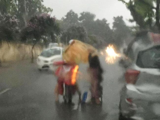 Khoảnh khắc đẹp nhất ngày mưa: Cô gái Hà Nội dừng xe, mặc áo mưa cho cụ bà trong cơn dông - Ảnh 2.