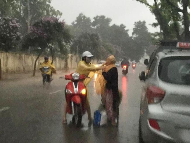 Khoảnh khắc đẹp nhất ngày mưa: Cô gái Hà Nội dừng xe, mặc áo mưa cho cụ bà trong cơn dông - Ảnh 3.