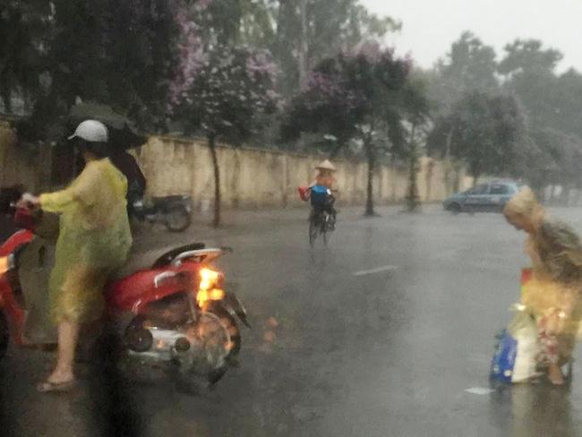 Khoảnh khắc đẹp nhất ngày mưa: Cô gái Hà Nội dừng xe, mặc áo mưa cho cụ bà trong cơn dông - Ảnh 4.