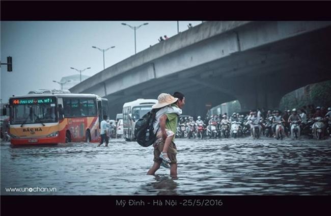 Khoảnh khắc đẹp nhất ngày mưa: Cô gái Hà Nội dừng xe, mặc áo mưa cho cụ bà trong cơn dông - Ảnh 5.