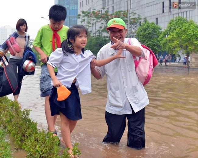 Khoảnh khắc đẹp nhất ngày mưa: Cô gái Hà Nội dừng xe, mặc áo mưa cho cụ bà trong cơn dông - Ảnh 6.