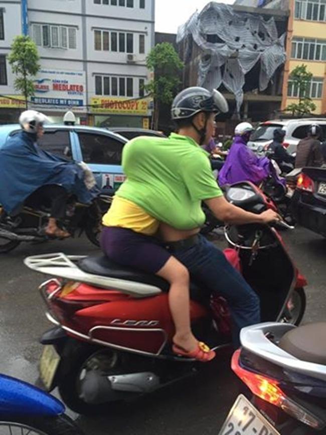 Khoảnh khắc đẹp nhất ngày mưa: Cô gái Hà Nội dừng xe, mặc áo mưa cho cụ bà trong cơn dông - Ảnh 7.