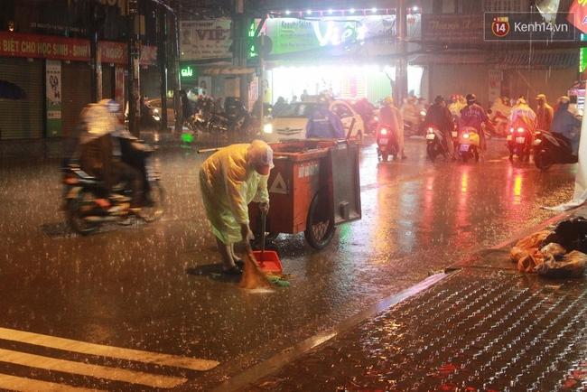 Khoảnh khắc đẹp nhất ngày mưa: Cô gái Hà Nội dừng xe, mặc áo mưa cho cụ bà trong cơn dông - Ảnh 11.