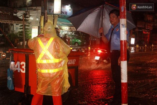 Khoảnh khắc đẹp nhất ngày mưa: Cô gái Hà Nội dừng xe, mặc áo mưa cho cụ bà trong cơn dông - Ảnh 12.