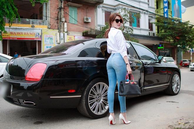 Ngọc Trinh ngồi siêu xe, mặc gợi cảm khi xuất hiện tại Bắc Ninh - Ảnh 3.