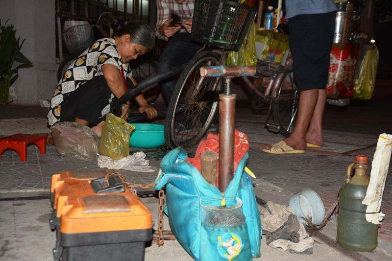 vá xe đêm, Sài Gòn, sửa xe, mưu sinh, lao động, xe đạp