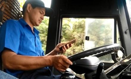 Tài xế nhắn tin khi đang điều khiển xe buýt. Ảnh cắt từ clip.